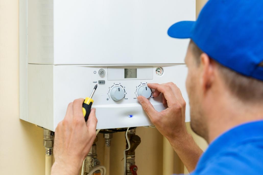 Heizungs-Servicetechniker arbeitet an Gasheizung